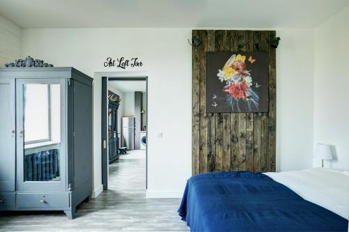 Кровать или кровати в номере Арт Лофт