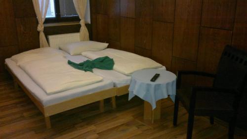 Postel nebo postele na pokoji v ubytování UBYTOVNA U HUBERTA - ZNOJMO centrum