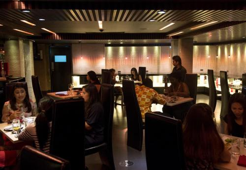A restaurant or other place to eat at Sukhumvit Suites Hotel