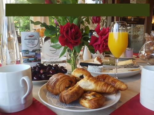 Breakfast options available to guests at Le Ranch des Lacs