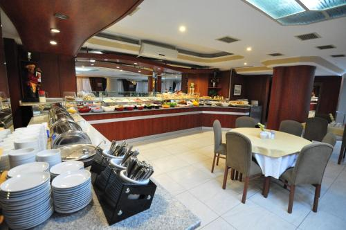 A restaurant or other place to eat at Hotel Buyuk Sahinler