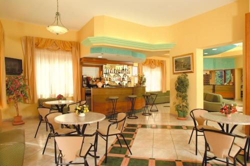 The lounge or bar area at Hotel La Conchiglia