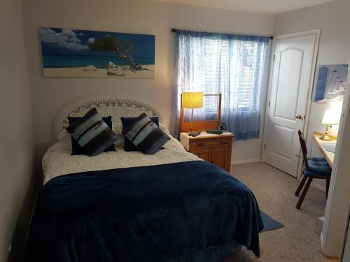 A bed or beds in a room at Davis Bay Bed & Breakfast