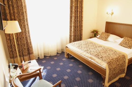 Ein Bett oder Betten in einem Zimmer der Unterkunft Schloss Hotel Wolfsbrunnen
