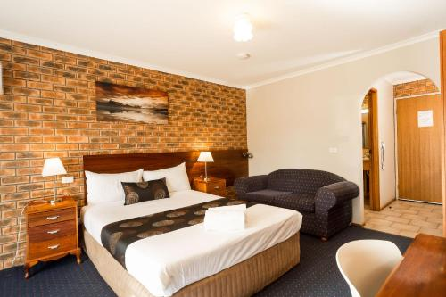 A bed or beds in a room at Hume Country Motor Inn