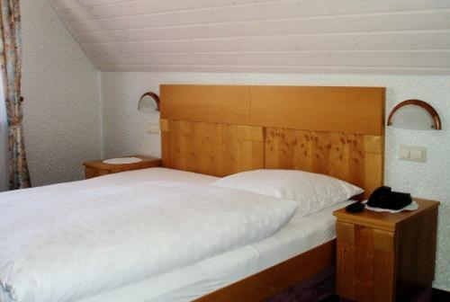 A bed or beds in a room at Gästehaus Waldner