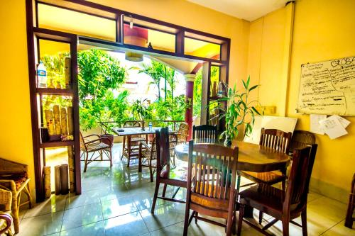 A restaurant or other place to eat at Bou Savy Guesthouse
