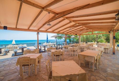 Ein Restaurant oder anderes Speiselokal in der Unterkunft Porto Koukla Beach