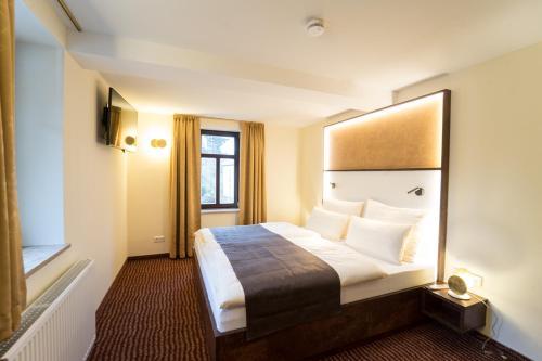 Ein Bett oder Betten in einem Zimmer der Unterkunft Hotel Goldener Hirsch