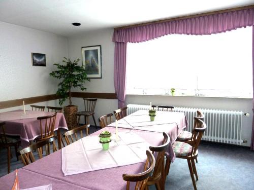 Ein Restaurant oder anderes Speiselokal in der Unterkunft Landgasthaus Zum Steinernen Mann