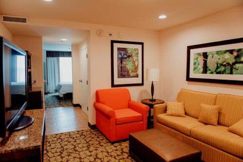 Гостиная зона в Hilton Garden Inn Auburn