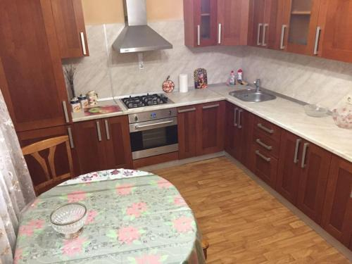 Кухня или мини-кухня в Apartment Rakhmaninova