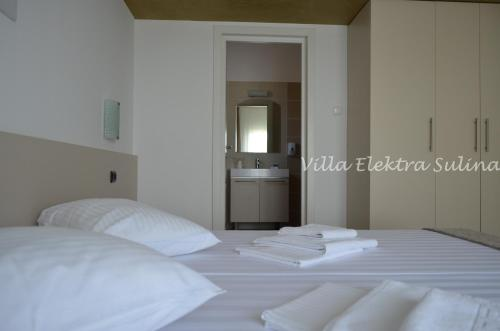 A bed or beds in a room at Villa Elektra - Sulina