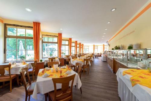 Ein Restaurant oder anderes Speiselokal in der Unterkunft Hotel Goldener Hirsch