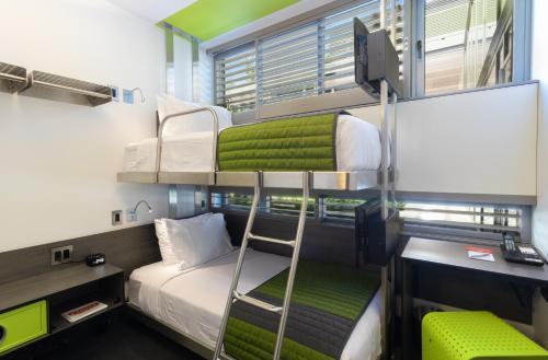 Uma ou mais camas em beliche em um quarto em Pod Brooklyn