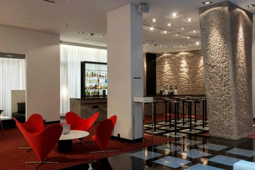 The lounge or bar area at Hilton Madrid Airport