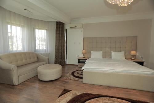 Hotel Cleon tesisinde bir odada yatak veya yataklar
