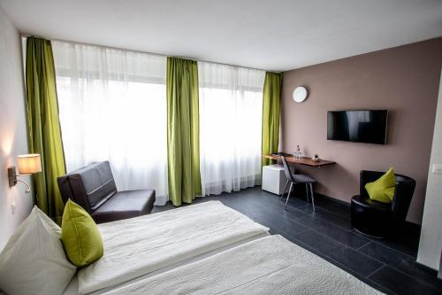 Кровать или кровати в номере Hotel AM Schloss