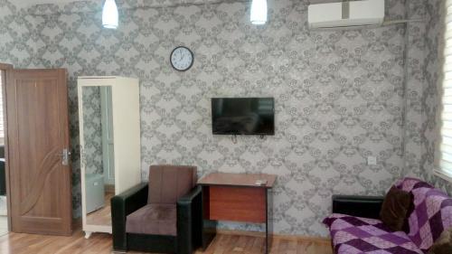 Uma TV ou centro de entretenimento em Sheki Guest House