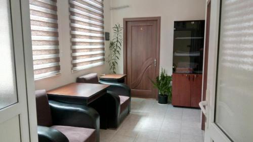 Uma área de estar em Sheki Guest House