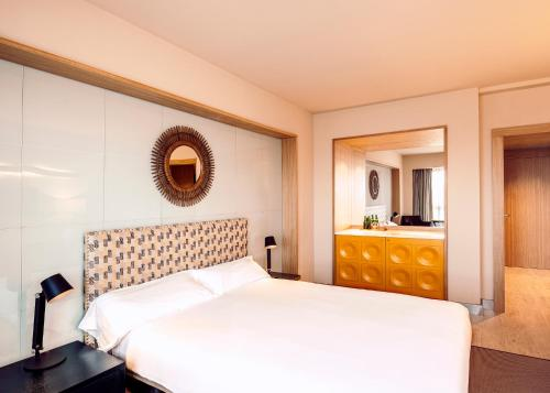 A bed or beds in a room at Hotel Conde Luna