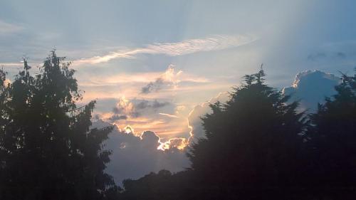 Lever ou coucher de soleil vu de la maison d'hôtes ou à proximité