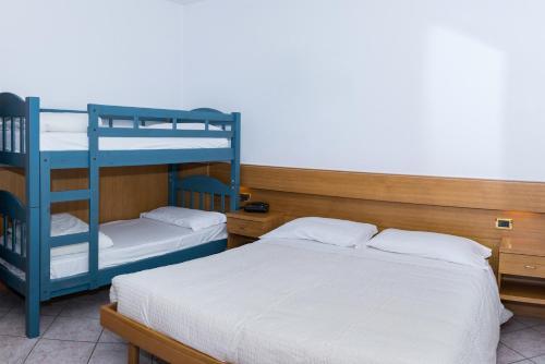 Двухъярусная кровать или двухъярусные кровати в номере Albergo Ristorante Da Neni
