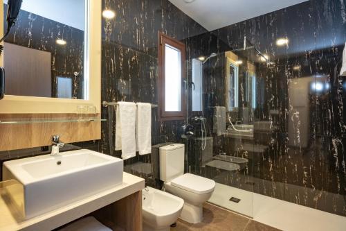 Un baño de Hotel Admiral Casino & Lodge