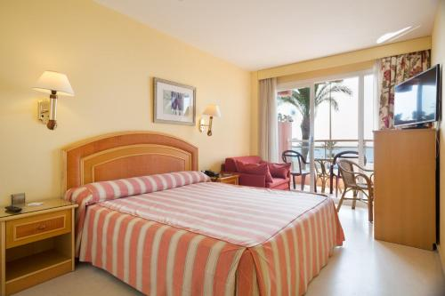 A bed or beds in a room at Hotel Best Roquetas