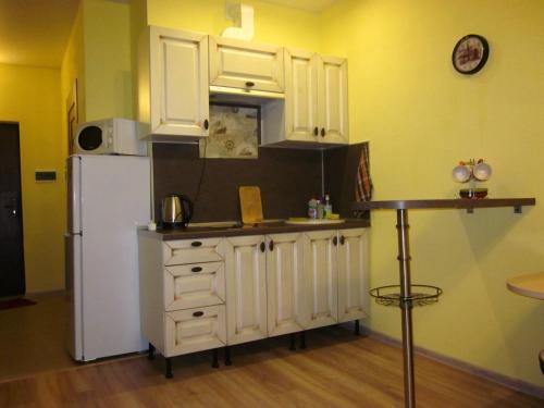 A kitchen or kitchenette at Apartment Radiotsentr-5 dom 16