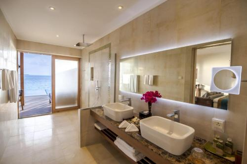 A bathroom at Hurawalhi Island Resort