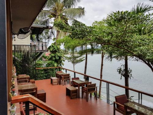 A restaurant or other place to eat at Sky Resort Kanchanaburi