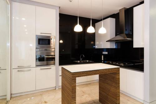 A kitchen or kitchenette at Pavilion Residences by GuestReady
