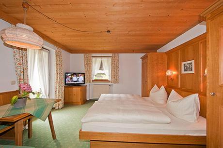 Ein Bett oder Betten in einem Zimmer der Unterkunft Alpenhof Klais