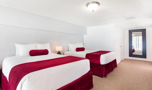 Cama ou camas em um quarto em New Point Miami Beach Apartments