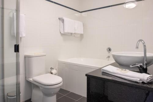A bathroom at Wyndel Apartments St Leonards - Herbert