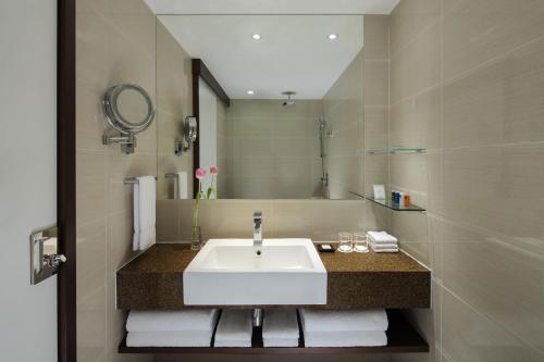 A bathroom at Radisson Hotel Brunei Darussalam