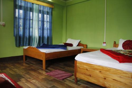 A bed or beds in a room at Vamoosetrail Rinchenpong