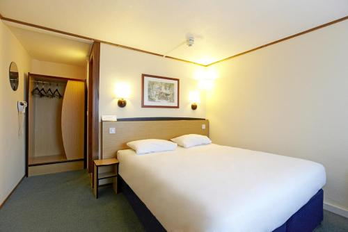 A bed or beds in a room at Premiere Classe Coventry