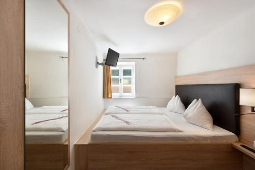 A bed or beds in a room at Hotel Krone 1512