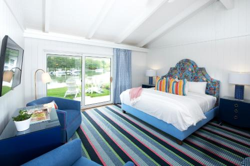 A bed or beds in a room at Yachtsman Lodge & Marina