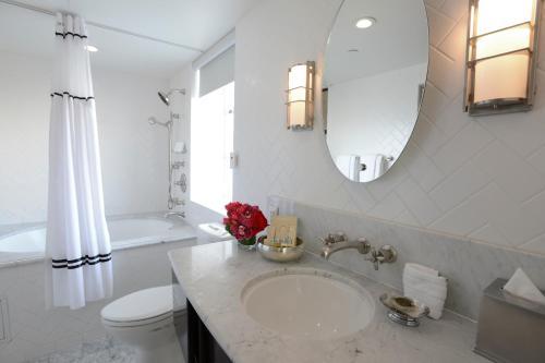 A bathroom at Hotel Shangri-La