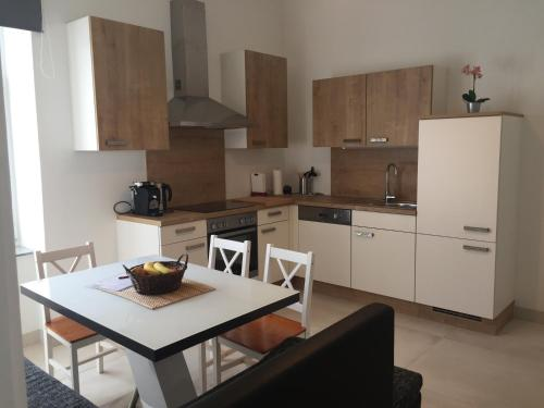 A kitchen or kitchenette at Candussi-Apartments
