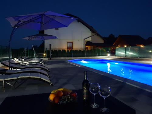 Bazén v ubytování Pansion Villa Cancar nebo v jeho okolí