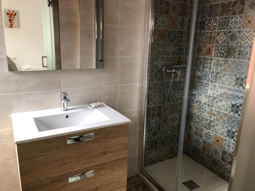 A bathroom at Albergue-Pensión Cabo da Vila