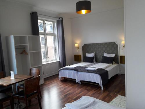 A bed or beds in a room at Hotel Løven