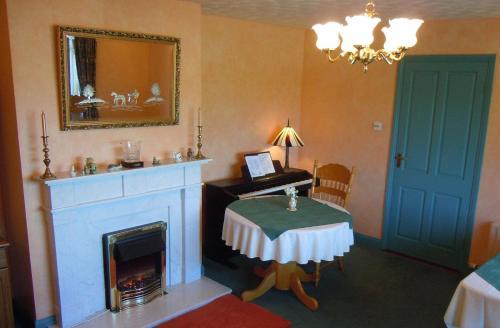 A bathroom at Coolbawn Lodge Farmhouse