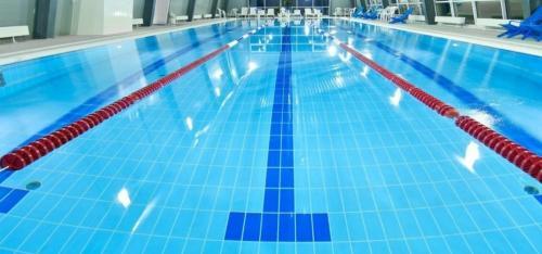 The swimming pool at or near Апартамент Нефтяник
