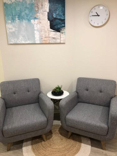 A seating area at Lifestyle Apartments at Ferntree