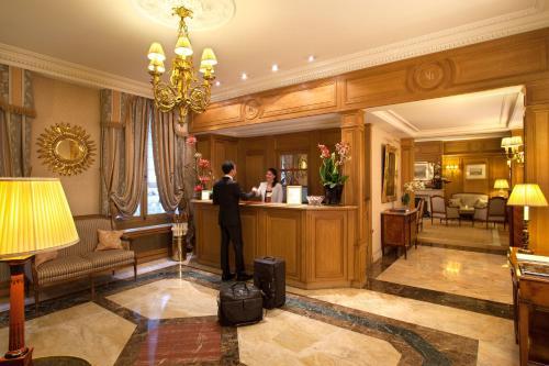 Лобби или стойка регистрации в Hôtel Mayfair Paris